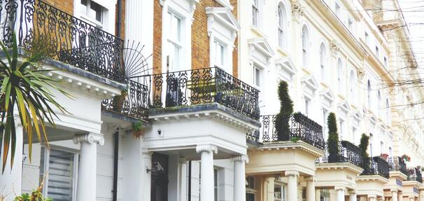 Wniosków o kredyt mieszkaniowy wpływa mniej niż w zeszłym roku, ale na większą kwotę