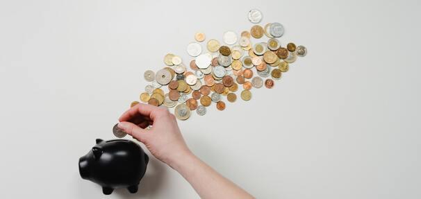 Topnieją oszczędności Polaków. Czy warto wpłacać środki na konto oszczędnościowe lub lokatę?