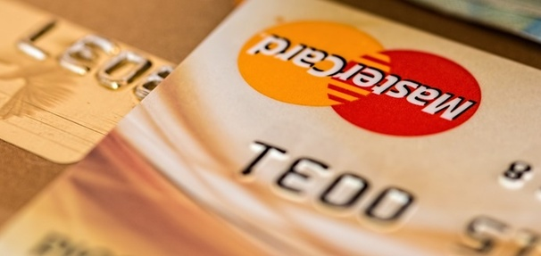 Płatność gotówką czy kartą - co się bardziej opłaca?