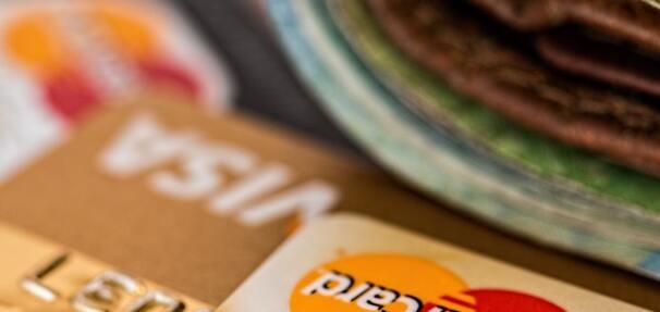 Czym różni się karta kredytowa od debetowej?